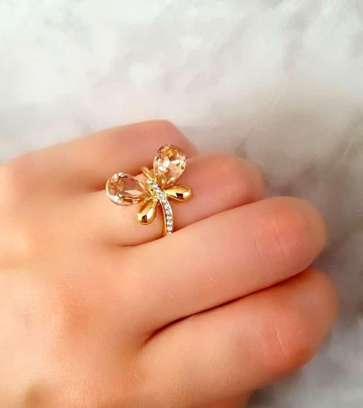 انگشتر دخترانه طلایی طرح پروانه کلیو با کریستال های سواروسکی rg-n026 (2) روی انگشت