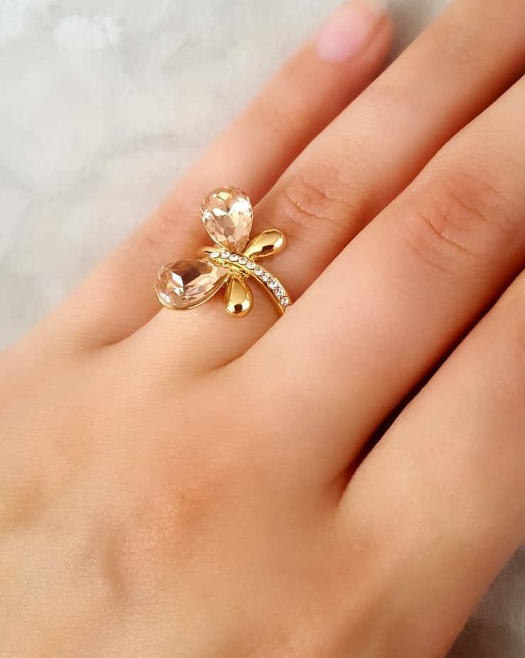 انگشتر دخترانه طلایی طرح پروانه کلیو با کریستال های سواروسکی rg-n026 (2) روی دست