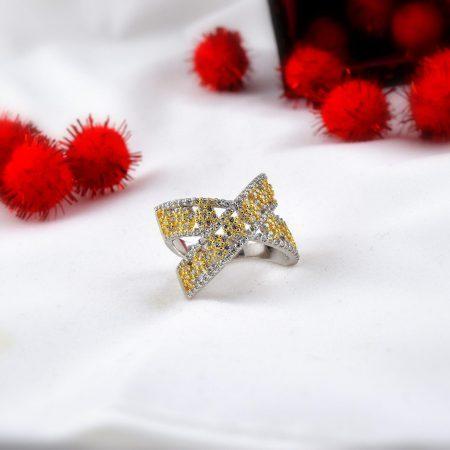 انگشتر دخترانه طلایی و نقره ای کلیو با کریستالهای سواروفسکی Rg-n170 روی میز