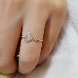 انگشتر دخترانه نقره ای کلیو با کریستالهای رنگارنگ سواروفسکی Rg-n170 روی دست