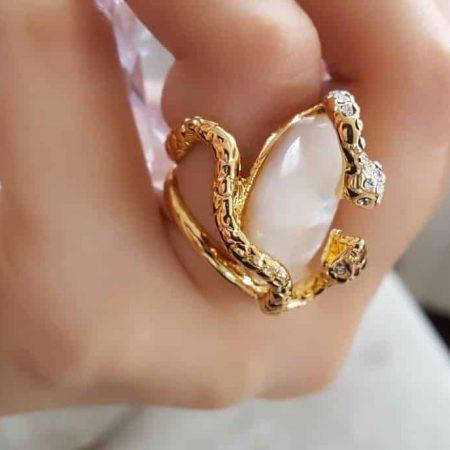 انگشتر زنانه و دخترانه طلایی طرح مار کلیو با کریستال های سواروسکی rg-n023