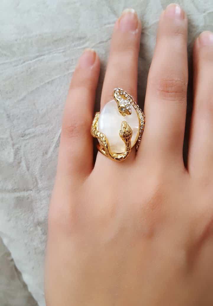 انگشتر زنانه و دخترانه طلایی طرح مار کلیو با کریستال های سواروسکی rg-n023 روی دست از نمای دیگر