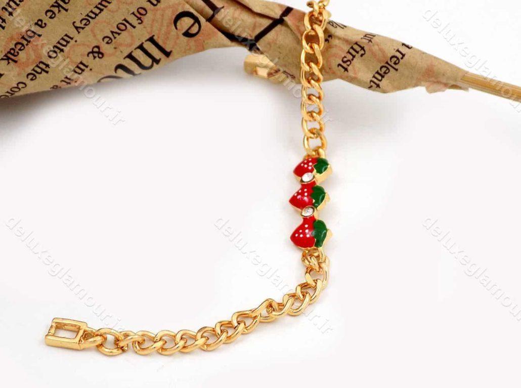 دستبند بچه گانه استیل با طرح توت فرنگی و طول 15 سانتی و قفل جعبه ای ds-n187 از نمای کنار