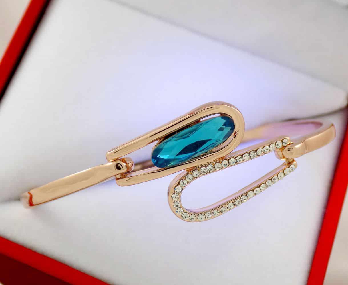 دستبند دخترانه جواهری رزگلد کلیو با نگین های سواروسکی اصل ds-n195 از نمای بالا