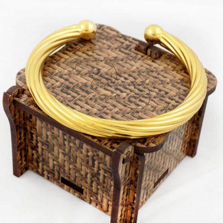 دستبند زنانه نیم باز استیل با قطر 57 میلی متری و روکش آب طلای 18 عیار ds-n175 از نمای روبرو