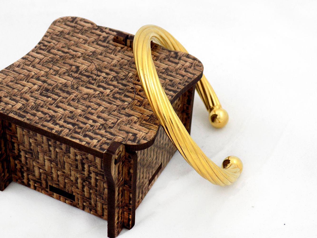 دستبند زنانه نیم باز استیل با قطر 57 میلی متری و روکش آب طلای 18 عیار ds-n175