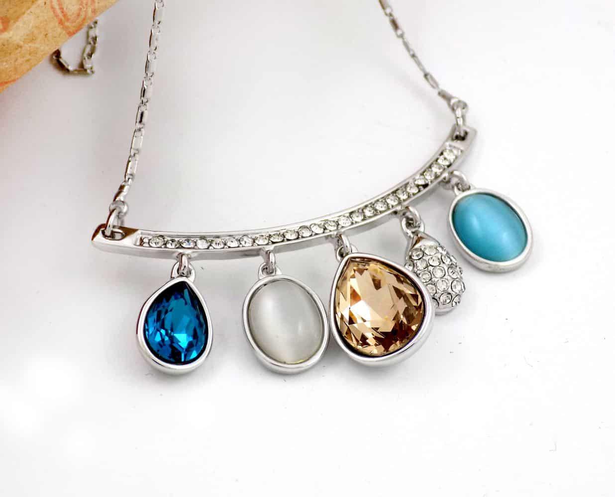 گردنبند دخترانه جواهری کلیو با نگین های رنگی سواروسکی اصل Nw-n132 از نمای کنار
