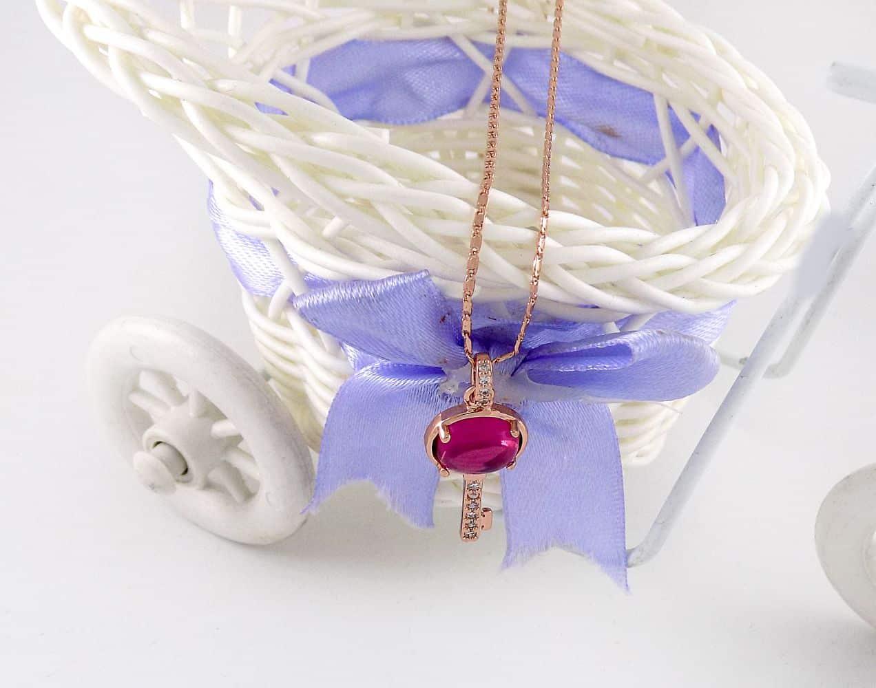 گردنبند دخترانه رزگلد طرح کلید با نگین بنفش سواروسکی اصل nw-n136 از نمای بالا
