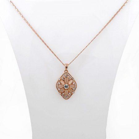 گردنبند دخترانه رزگلد کلیو با نگین های سواروسکی اصل و سنگ اپال nw-n134 از نمای استند
