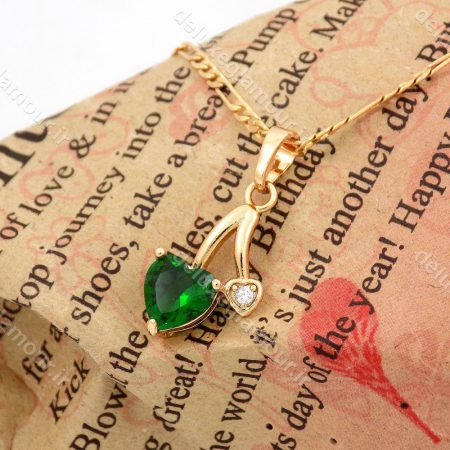 گردنبند دخترانه ژوپینگ با روکش آب طلای 18 عیار و نگین سبز از جنس زیرکونیا nw-n141 از نمای کنار
