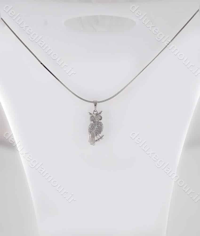 گردنبند دخترانه ژوپینگ با پلاک طرح جغد و زنجیر روکش رادیوم nw-n149 از نمای روی استند