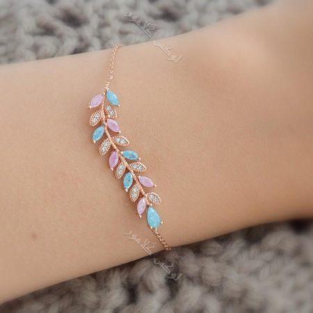 دستبند دخترانه طرح پر کلیو با سنگ اوپال و کریستالهای سواروفسکی اصل Ds-n178 عکس روی دست