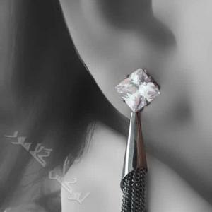 گوشواره آویزی دخترانه کلیو طرح مخروطی Er-n131 عکس روی گوش