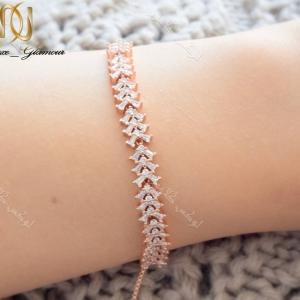 دستبند ظریف رزگلد دخترانه نگیندار کلیو با کریستالهای سواروفسکی Ds-n179 عکس روی دست