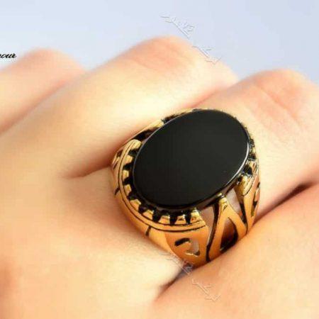 انگشتر مردانه طلایی استیل با تاج طرح عقیق درشت Rg-n156 عکس روی دست