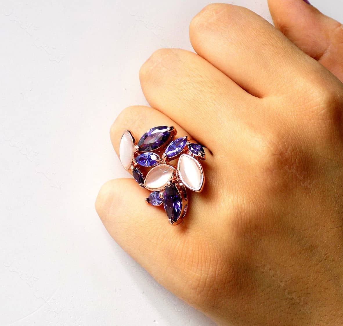 انگشتر جواهری کلیو با نگین های بنفش سواروسکی و سنگ اپال RG-N161 از نمای روی دست