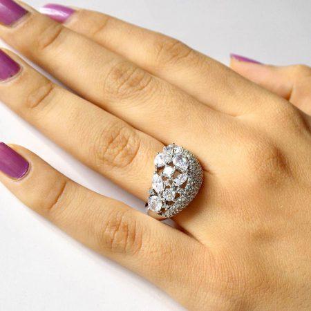 انگشتر زنانه نقره ای کلیو با نگین های سه بعدی سواروسکی rg-n147 از نمای روی دست