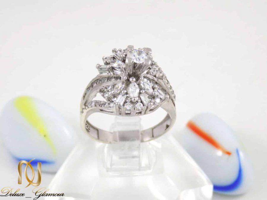 انگشتر زنانه نقره با نگین های کریستالی سفید از نوع زیرکونیا dl-a108 از نمای روبرو