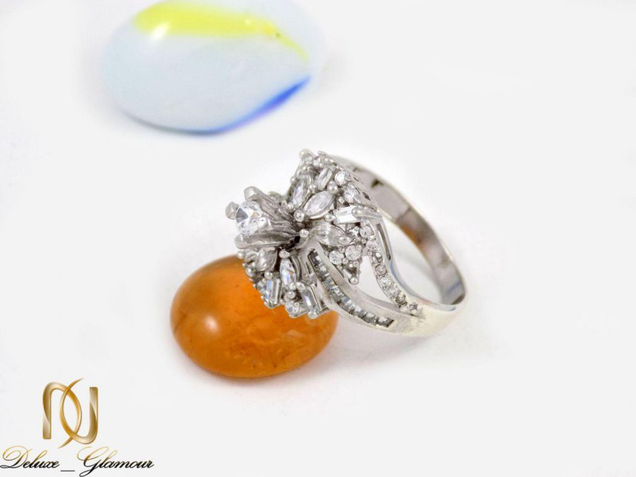 انگشتر زنانه نقره با نگین های کریستالی سفید از نوع زیرکونیا dl-a108 از نمای کنار