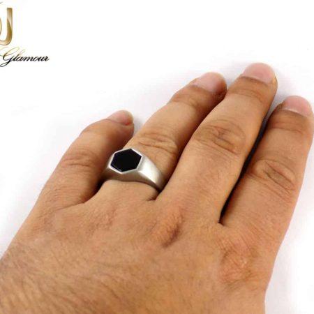 انگشتر مردانه استیل طرح ویتالی یا نگین مشکی dl-s121 از نمای روی دست