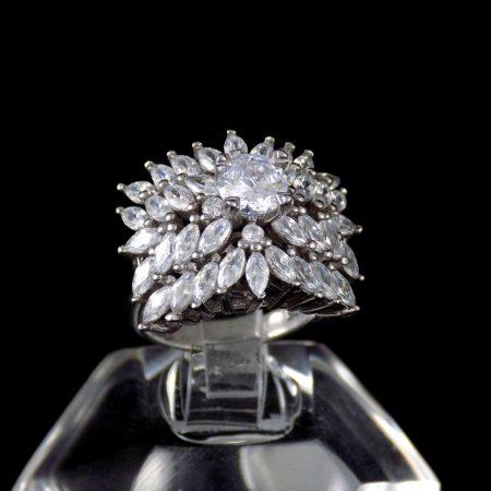 انگشتر نقره زنانه 8.55 گرمی طرح جواهر با نگین های کریستالی سفید زیرکونیا DL-A104 از نمای نزدیک