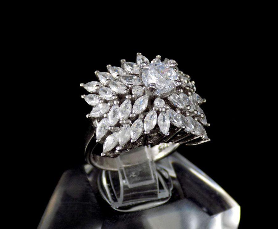 انگشتر نقره زنانه 8.55 گرمی طرح جواهر با نگین های کریستالی سفید زیرکونیا DL-A104