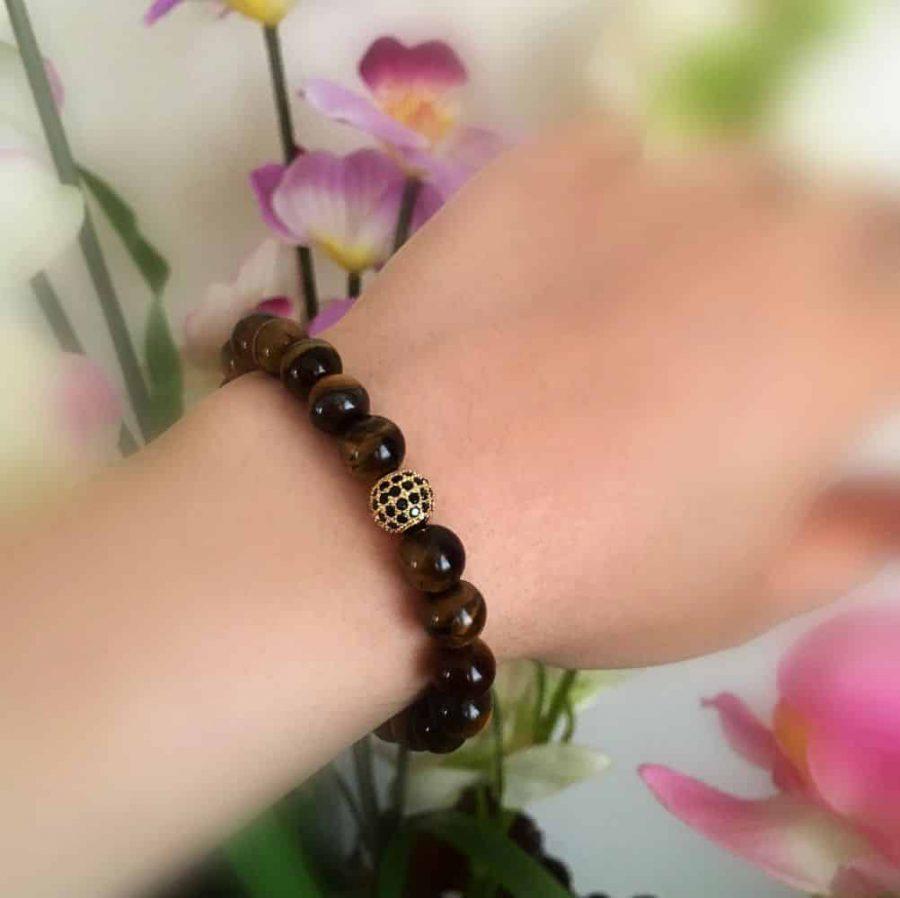دستبند اسپرت سنگ چشم ببر فری سایز با مهره استیل DS-N201 از نمای روی دست