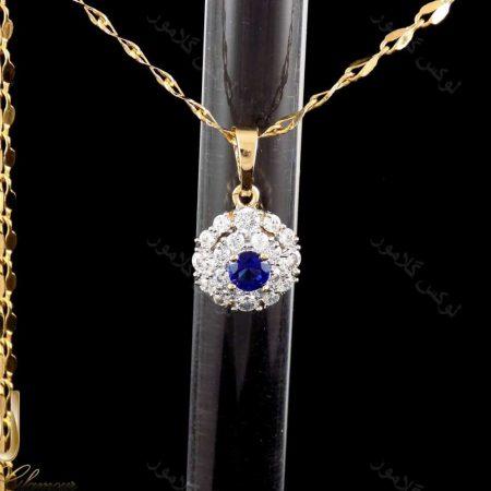 گردنبند دخترانه ژوپینگ با نگین های آبی و سفید از جنس زیرکونیا nw-n164 از پس زمینه مشکی