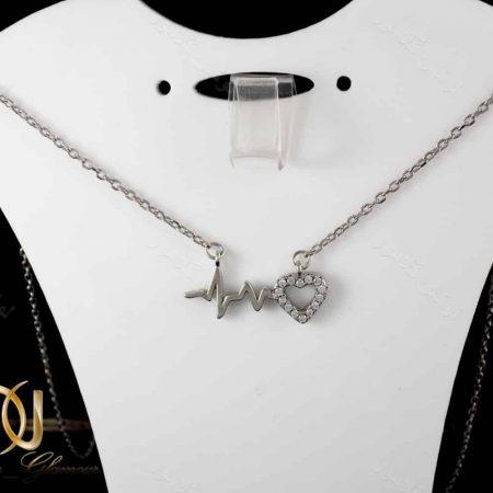گردنبند نقره دخترانه طرح ضربان و قلب نگین دار nw-n162 از نمای روی استند