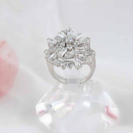 انگشتر جواهری طرح طلا سفید کلیو با کریستال های سواروسکی rg-n176 از روبرو عکس اصلی