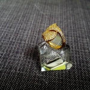 انگشتر طرح گلبرگ کلیو با کریستالهای سواروفسکی اصل Rg-n172 روی استند