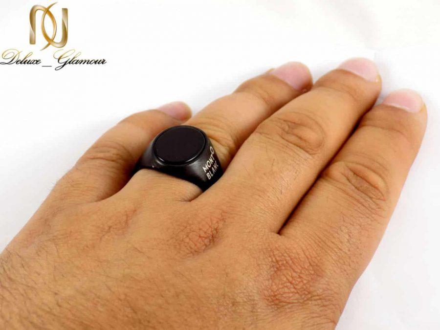 انگشتر مردانه استیل رنگ مشکی طرح مونت بلانک dl-s121 از نمای روی دست