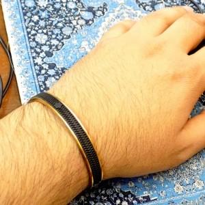 دستبند مردانه فلزی طلایی نیم باز طرح مونت بلانک ds-n204 از نمای روی دست