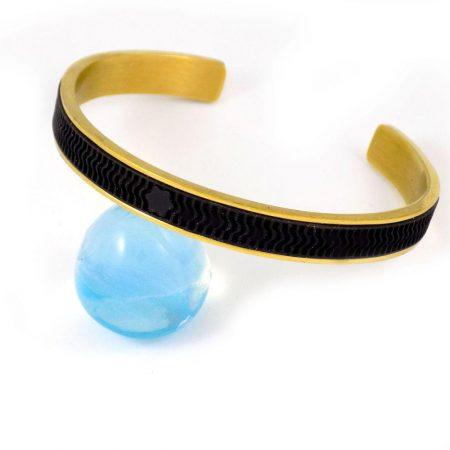 دستبند مردانه فلزی طلایی نیم باز طرح مونت بلانک ds-n204 از نمای نزدیک