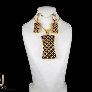 نیم ست گوشواره و گردنبند زنانه استیل طرح طلا با شکل مکعبی ns-n182 از نمای روی استند