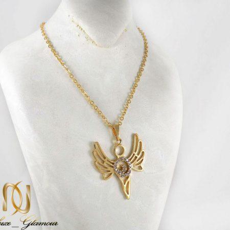 گردنبند دخترانه استیل طرح آنجل با نگین های سفید زیرکونیا nw-n180 از نمای استند