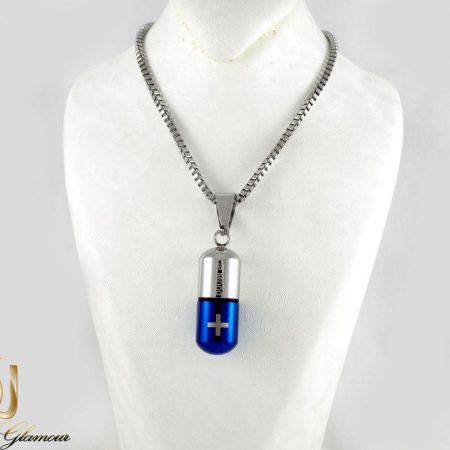گردنبند مردانه کپسول آبی و نقره ای سریال عاشقانه با زنجیر 22 سانتی nw-n185 از نمای روی استند