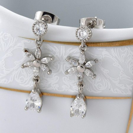 گوشواره ظریف آویزی طرح گل دخترانه کلیو با کریستالهای سواروفسکی Er-n136