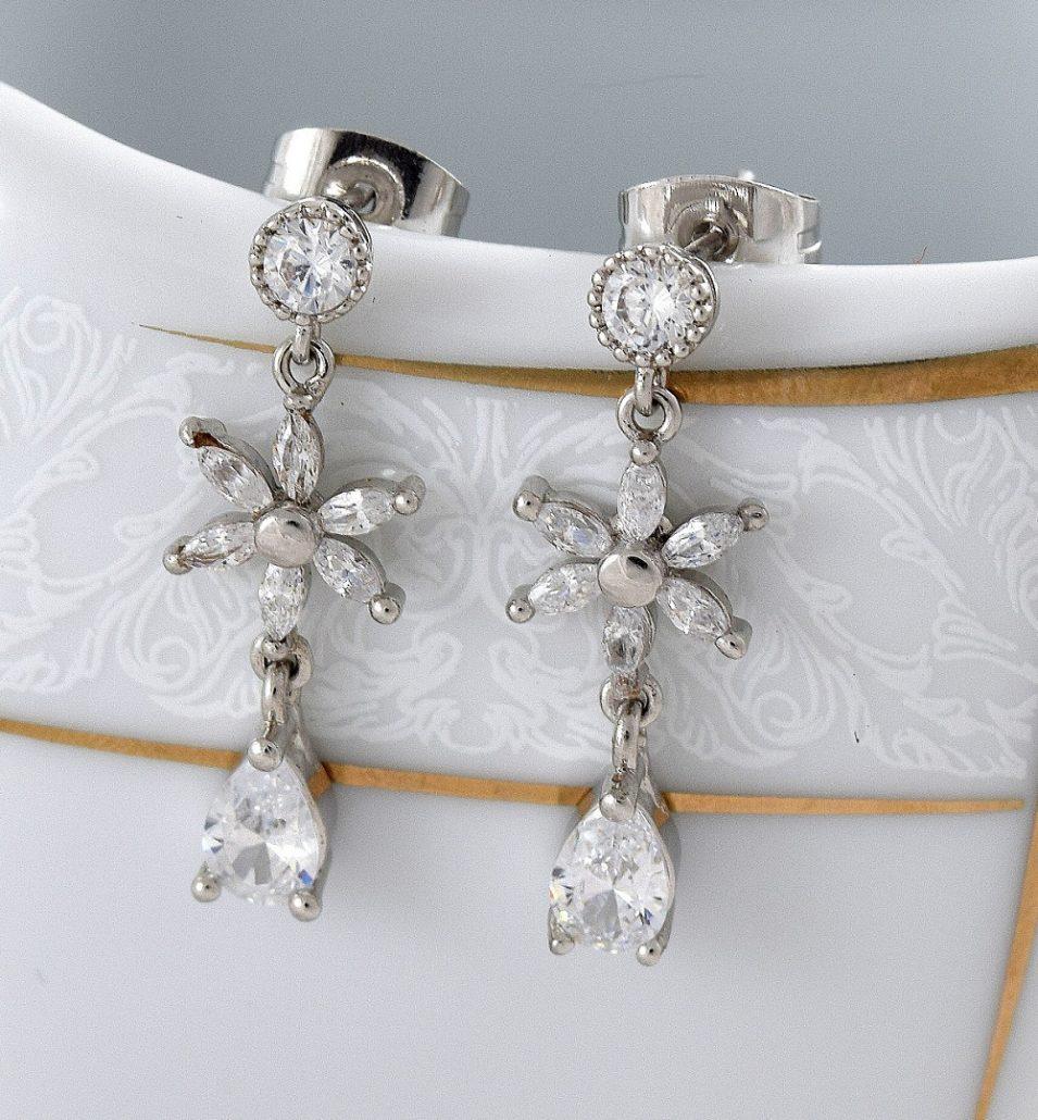 گوشواره ظریف آویزی طرح گل دخترانه کلیو با کریستالهای سواروفسکی Er-n136 روی استند اول