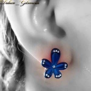 گوشواره دخترانه اسپرت آبی کلیو طرح گل با نگین های سواروفسکی - عکس روی گوش