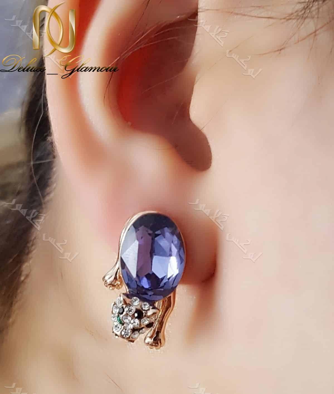گوشواره دخترانه طرح پلنگ با کریستال بنفش سواروفسکی - عکس روی گوش