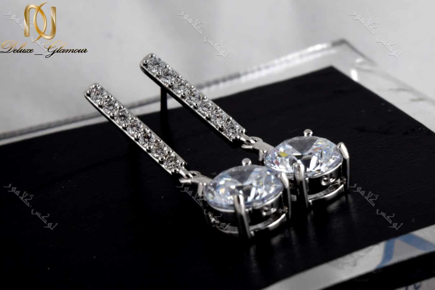 گوشواره آویزی جواهری کلیو با کریستالهای سواروفسکی. عکس با زمینه مشکی