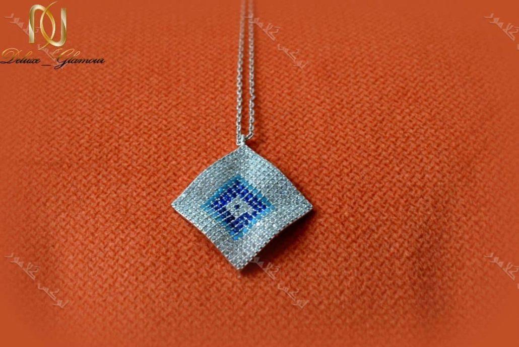 خرید گردنبند طرح چشم نظر کلیو با کریستالهای سواروفسکی - عکس با زمینه رنگی