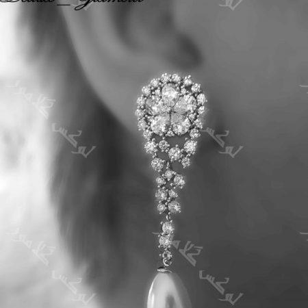 گوشواره آویزی کلیو با مروارید پرورشی و کریستالهای سواروفسکی عکس روی گوش