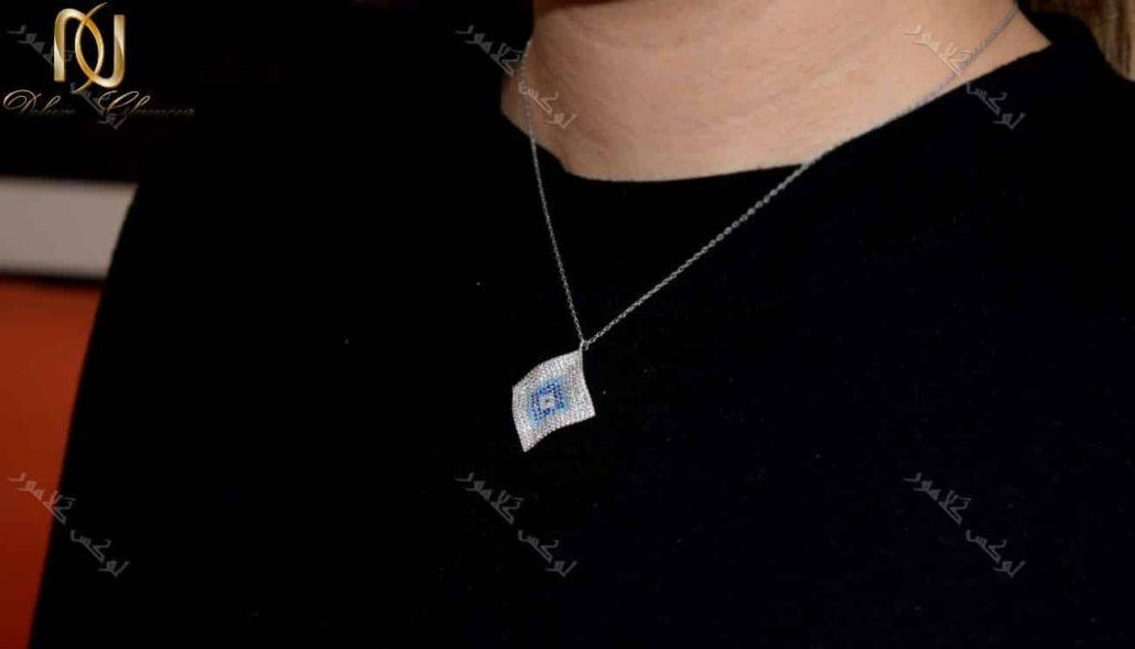 خرید گردنبند لوزی طرح چشم نظر کلیو با کریستالهای سواروفسکی - عکس روی گردن