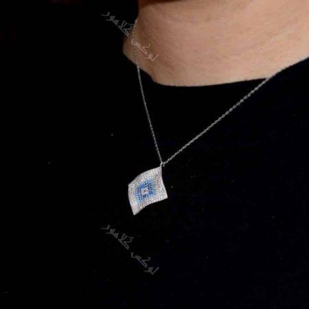 گردنبند لوزی طرح چشم نظر کلیو با کریستالهای سواروفسکی - عکس روی گردن