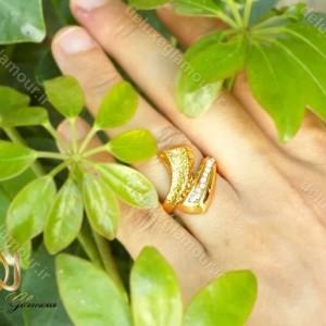 خرید انگشتر زنانه استیل طرح طلا با نگین های زیرکونیا rg-n182 از نمای روی دست