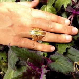 انگشتر زنانه استیل طرح طلا با نگین های سفید زیرکونیا RG-N183 از نمای روی دست