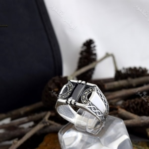 انگشتر مردانه نقره با سنگ عقیق مشکی مستطیلی Rg-n195 روی استند