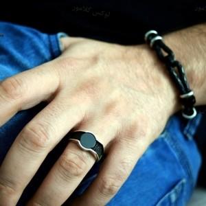انگشتر مردانه نقره لوکس عیار 925 با نگین های مارکازیت سواروسکی rg-n190 از نمای روی دست
